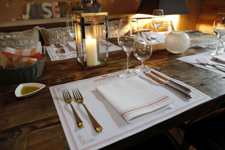 Tisch mit Besteck zum Speisen beim Gänseessen im Restaurant JOSEPH'S direkt am Rhein in Köln!